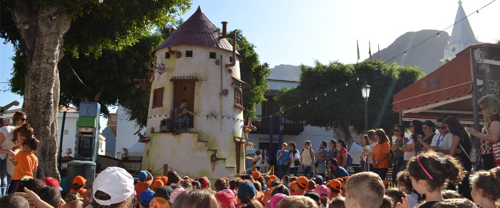 Miles de niños y jóvenes acuden a Los Silos en busca de cuentos en las tradicionales visitas escolares